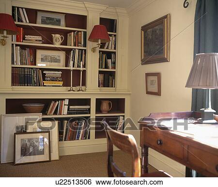 Scrivania E Scaffali.Anticaglia Scrivania E Sedia In Tradizionale Studio Con Andato Bene Scaffali Archivio Fotografico