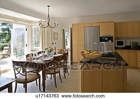 Anticaglia, tavola, e, sedie, in, moderno, cucina, sala da pranzo ...
