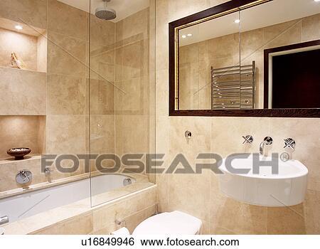 Antiquité, beige, travertin, tuiles mur, dans, moderne, salle bains, à,  grand, miroir, au-dessus, en paroi, blanc, bassin Banque de Photographies
