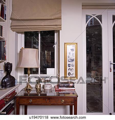 Beige Blenden Auf Fenster Oben Tisch Mit Creme Lampe Neben