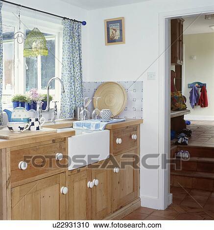 Belfast, lavandino, in, andato bene, legno, unità, sotto, finestra, in,  cottage, cucina Archivio Immagini