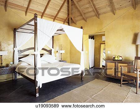 Blanc, tentures, lit, dans, jaune, antilles, chambre à coucher Banque de  Photo