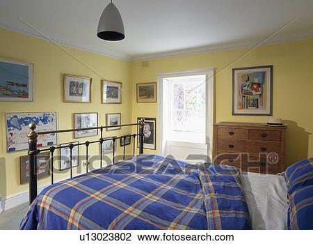 Stock Foto - blauwe, gecontroleerde, dekbed, op, ijzer, bed, in ...