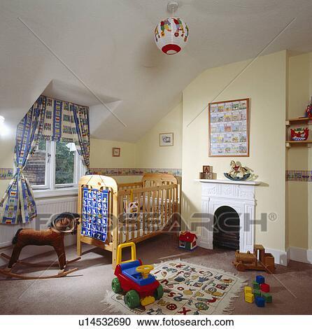 Bois, lit camp, et, jouets, terre, de, pastel, jaune, enfant, grenier,  chambre à coucher, à, petit, blanc, cheminée Banque d\'Image