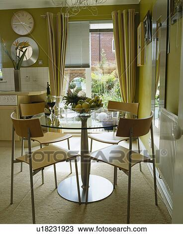 Circulaire, table verre, et, laminé, bois, chaises, dans, moderne, salle  manger Banque d\'Image