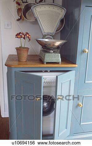 Close Up Van Oud Keuken Klimt Op Worktop Boven Wasmachine Gepaste Achter Kast Deuren Stock Fotografie