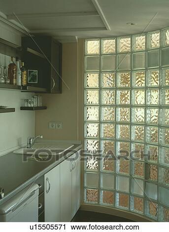 Courbé, brique verre, mur, dans, moderne, blanc, cuisine Banque d\'Image