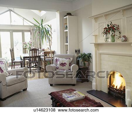 Crema, sillones, en, vida, comedor, con, encendido, fuego, en ...