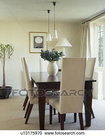 Crema, tapizado, sillas, y, oscuridad, madera, tabla, en, crema ...