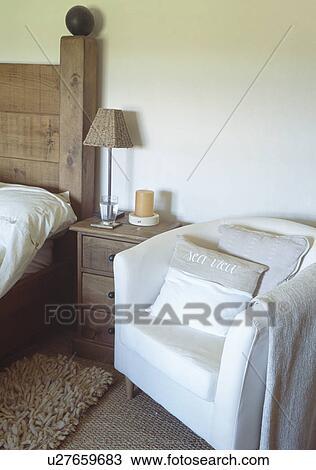 Banque de Photo - fauteuil blanc, à, lin, coussins, à côté de ...
