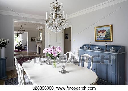 Zweeds Antieke Stoelen.Glas Kroonluchter Boven Witte Geverfde Tafel En Stoelen In