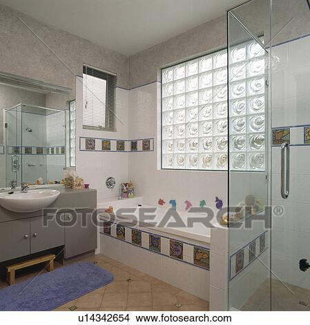Glas ziegelstein, fenster, oben, bad, mit, dekorativ, tiling, in, modernes,  familie, badezimmer Bild