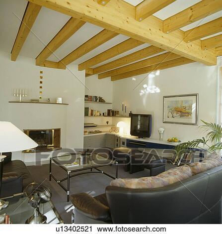 stock fotografie glass topped couchtisch und grauer ledern sofa in modernes wei. Black Bedroom Furniture Sets. Home Design Ideas
