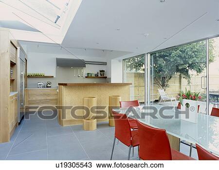 Eetkamer Keuken Open : Stock foto glass topped eettafel en rood leerstoelen in