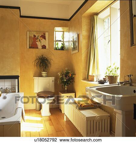 Grand, blanc, radiateur, et, plancher bois, dans, traditionnel, salle bains  jaune Banque d\'Image