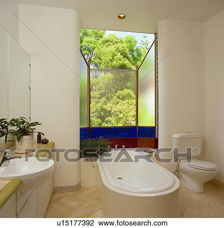 Groß, fenster, mit, blau, glasmalerei, tafel, hinter, bad, in, modernes,  weiß, badezimmer Stock Bild