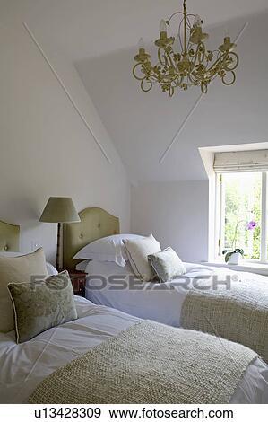Stock Fotografie - groene, gooien, en, kussens, op, tweeling, bedden ...