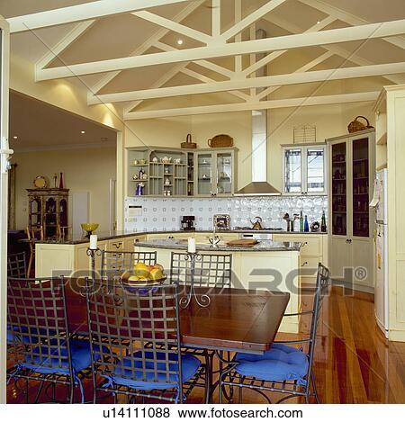 Holztisch, Und, Metall, Stühle, Mit, Blau, Kissen, In, Modernes, Großraum,  Kueche, Esszimmer, Mit, Gestrahlt, Spitze, Decke