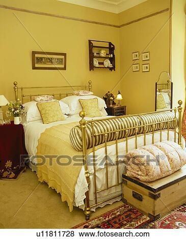 Jaune, jeter, et, blanc, lin, sur, laiton, lit, dans, jaune, chambre à  coucher Banque de Photo