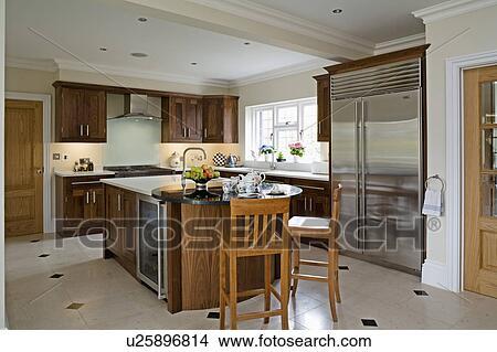 Legno, sedie, a, sbarra colazione, in, moderno, cucina, con ...