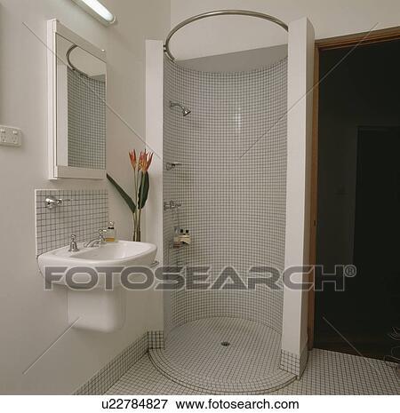Mosaïque, carrelé, circulaire, douche, cabinet, dans, moderne, blanc, salle  bains Banque de Photo