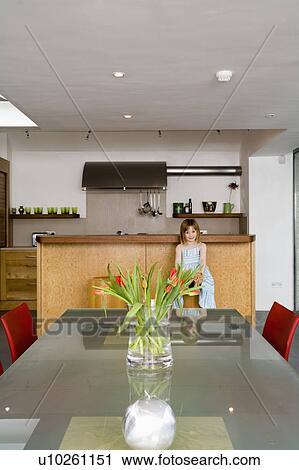 Banco de Fotografías - pequeño, niña, en, moderno, cocina, comedor ...