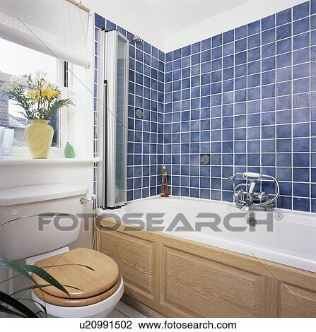 Petit, blanc, salle bains, à, mur bleu, tuiles, au-dessus, bain, à,  fold-back, douche, porte, et, pin, lambris Banque d\'Image