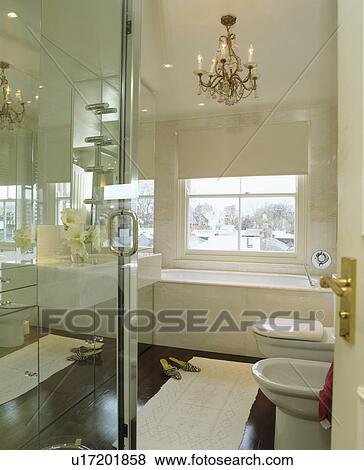 Rosa, araña de luces, en, moderno, cuarto de baño, con, pared ...