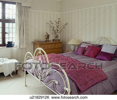 Rose claire, soie, coussins, et, jeter, blanc, fer, lit, à, mauve, édredon,  dans, blanc, chambre à coucher Banque de Photographies