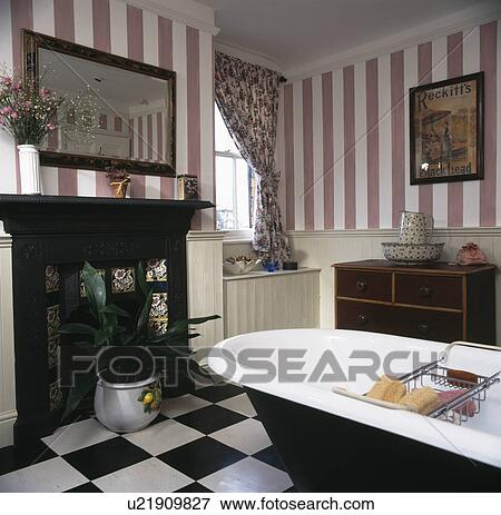 Rose, image fond rayée, et, rolltop, bain, dans, pays, salle bains, à,  noir, fer, cheminée Banque de Photo