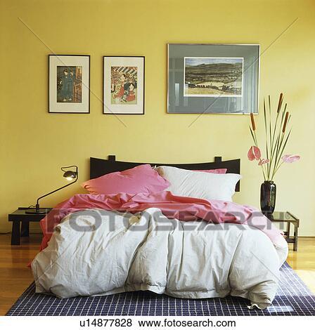 Rose, jeter, et, blanc, couette, lit, dans, jaune, chambre à coucher Banque  de Photo