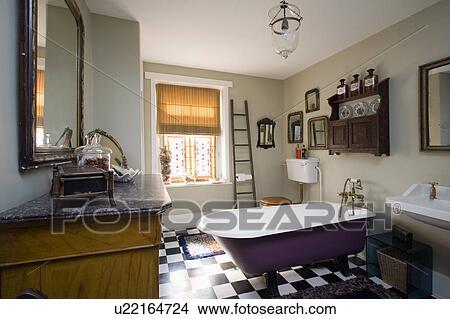 Scaletta In Legno Per Bagno : Archivio fotografico scala legno accanto finestra con romano