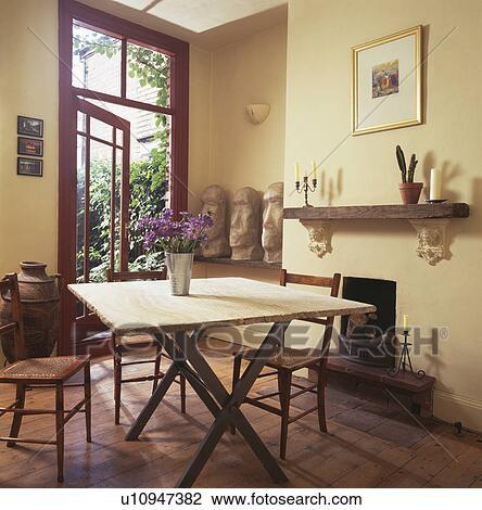 Archivio Fotografico - semplice, tavola, e, sedie, in, crema, sala ...