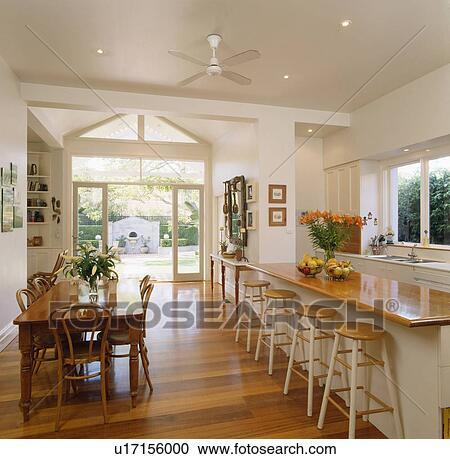 Tavola legno, e, sedie, in, zona cena, di, grande, open-plan, cucina ...