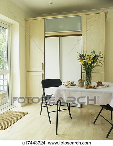 stock foto tisch mit wei tuch in modernes kueche esszimmer mit h lzerner bodenbelag. Black Bedroom Furniture Sets. Home Design Ideas