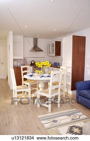 Traditionnel Blanc Chaises Et Circulaire Table Dans Moderne Cuisine Salle Manger à Plancher Bois Image