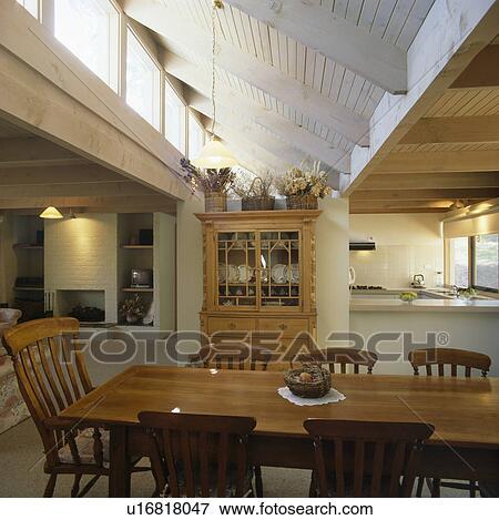 Traditionnel, table bois, et, chaises, dans, grand, moderne, openplan,  salle manger Banque de Photo