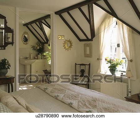 Tradtional, blanc, grenier, chambre à coucher, à, porte, à, ensuite, salle  bains Banque d\'Image