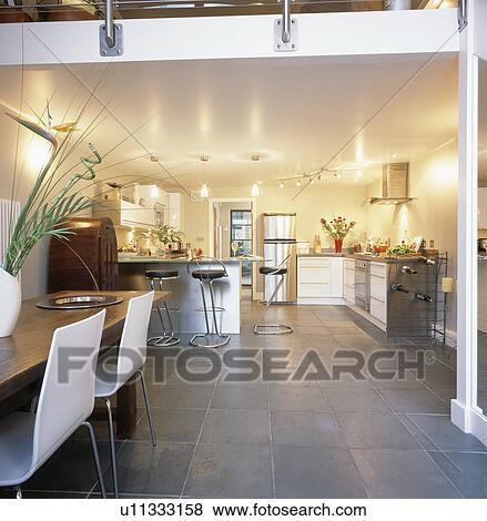 Great ardoise plancher dans moderne openplan salle manger et cuisine dans grenier conversion - Plancher ardoise cuisine ...