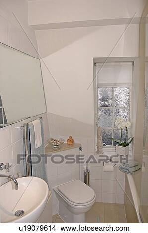 stock foto toilette in ecke von klein dachgeschoss badezimmer mit wei blenden auf. Black Bedroom Furniture Sets. Home Design Ideas