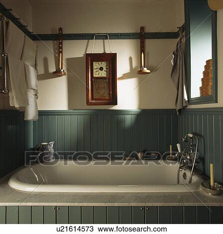 Kerzenhalter Badezimmer | Stock Foto Uhr Und Kerzenhalter Auf Pegrail Oben Bad In