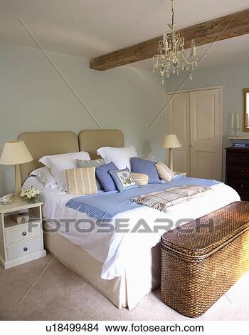 Stock Foto - verlakt, wicker, borst, onder, bed, met, blauwe, werpen ...
