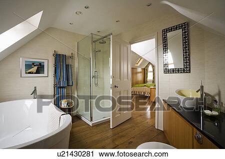 Verre, douche, cabinet, et, bois, plancher, dans, grand, ensuite, grenier,  salle bains, à, ouverture porte, à, chambre à coucher Banque d\'Image