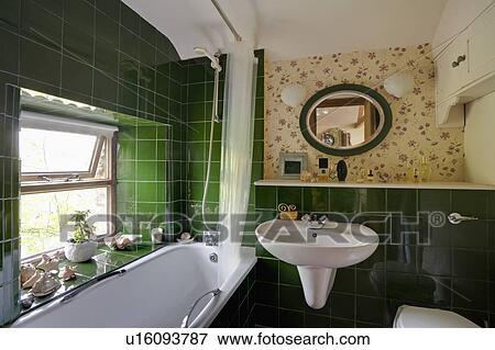 Weiß, bad, unterhalb, fenster, in, klein, badezimmer, mit ...