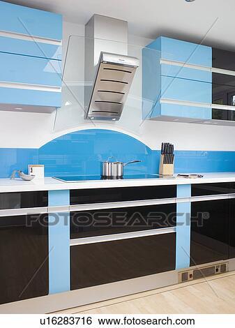 Acier inoxydable, extracteur, au-dessus, plaque, dans, moderne, cuisine, à,  ajusté, bleu, et, noir, unités Banque de Photographies