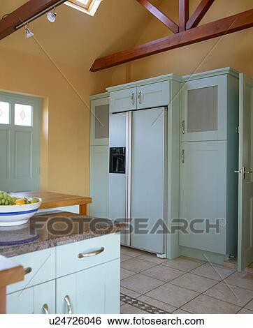 American Style Fridge Freezer In Terracotta Landhauskuche Mit Blass Turkis Gepasst Einheiten Stock Fotograf
