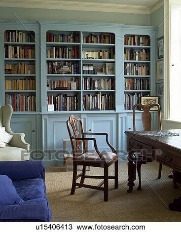 Anticaglia, scrivania, e, sedia, in, tradizionale, studio, con, blu  pallido, libreria Archivio Immagini