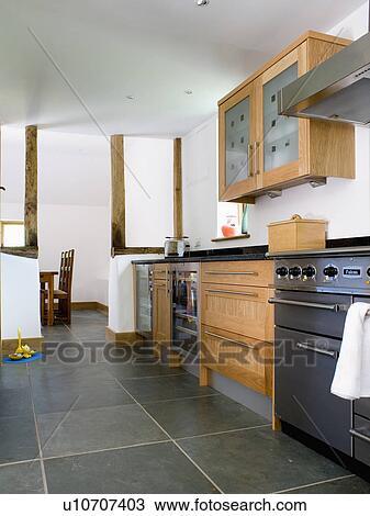 Banque De Photo Ardoise Plancher Dans Moderne Blanc Cuisine - Plancher ardoise cuisine