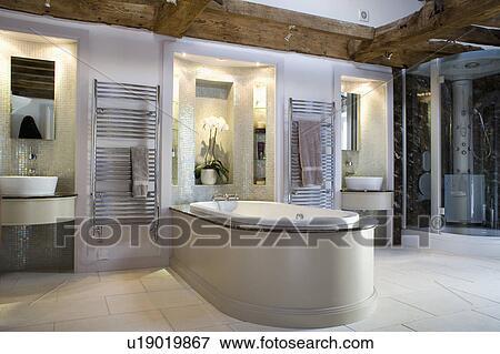Bassins, dans, éclairé, alcôve, dans, grand, moderne, salle bains, à, bain,  étendre, dans, salle Banque de Photo