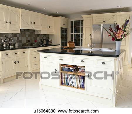 Bianco, ceramica, mattonelle pavimento, in, cucina, con, granito, worktops,  bianco, andato bene, unità, e, grande, isola, unità Archivio Immagini